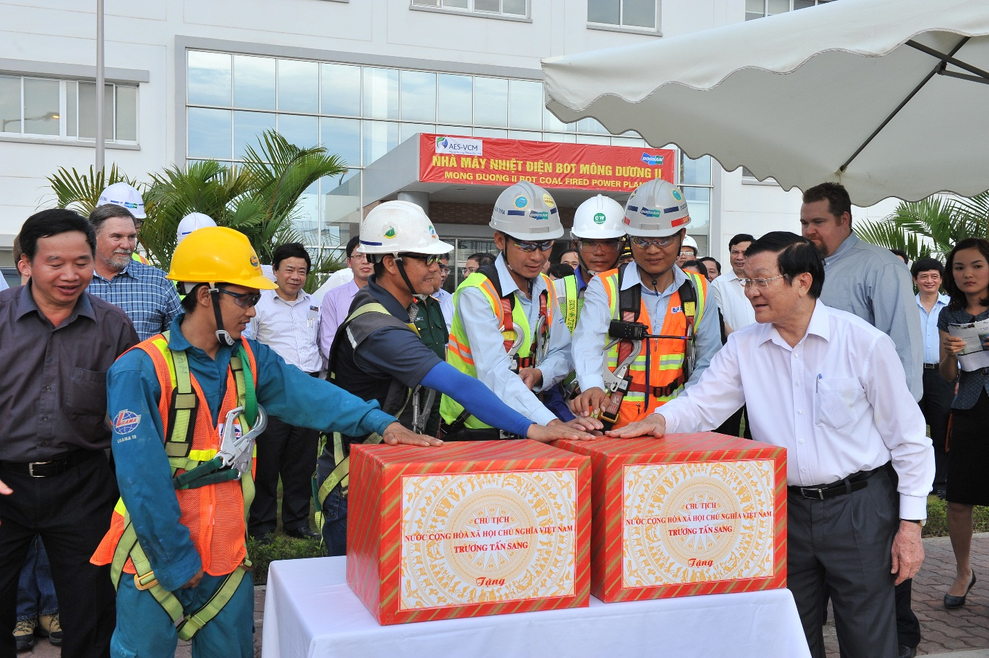 President Truong Tan Sang gave present to the excellent workers of the MD2 Project.