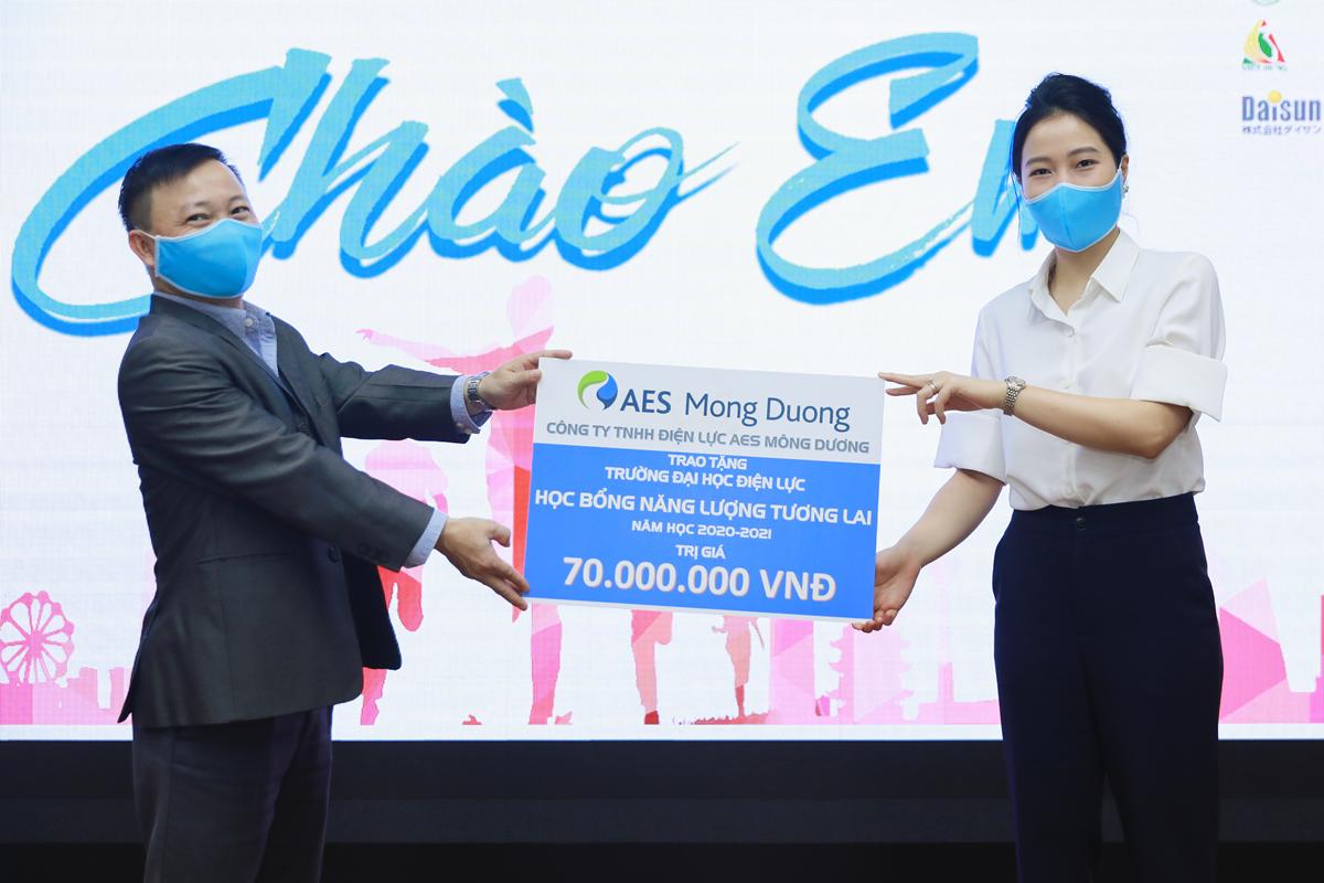 Dai dien AES Mong Duong Chi Nguyen My Linh - Giam doc thuong mai trao hoc bong tai Dai hoc Dien luc