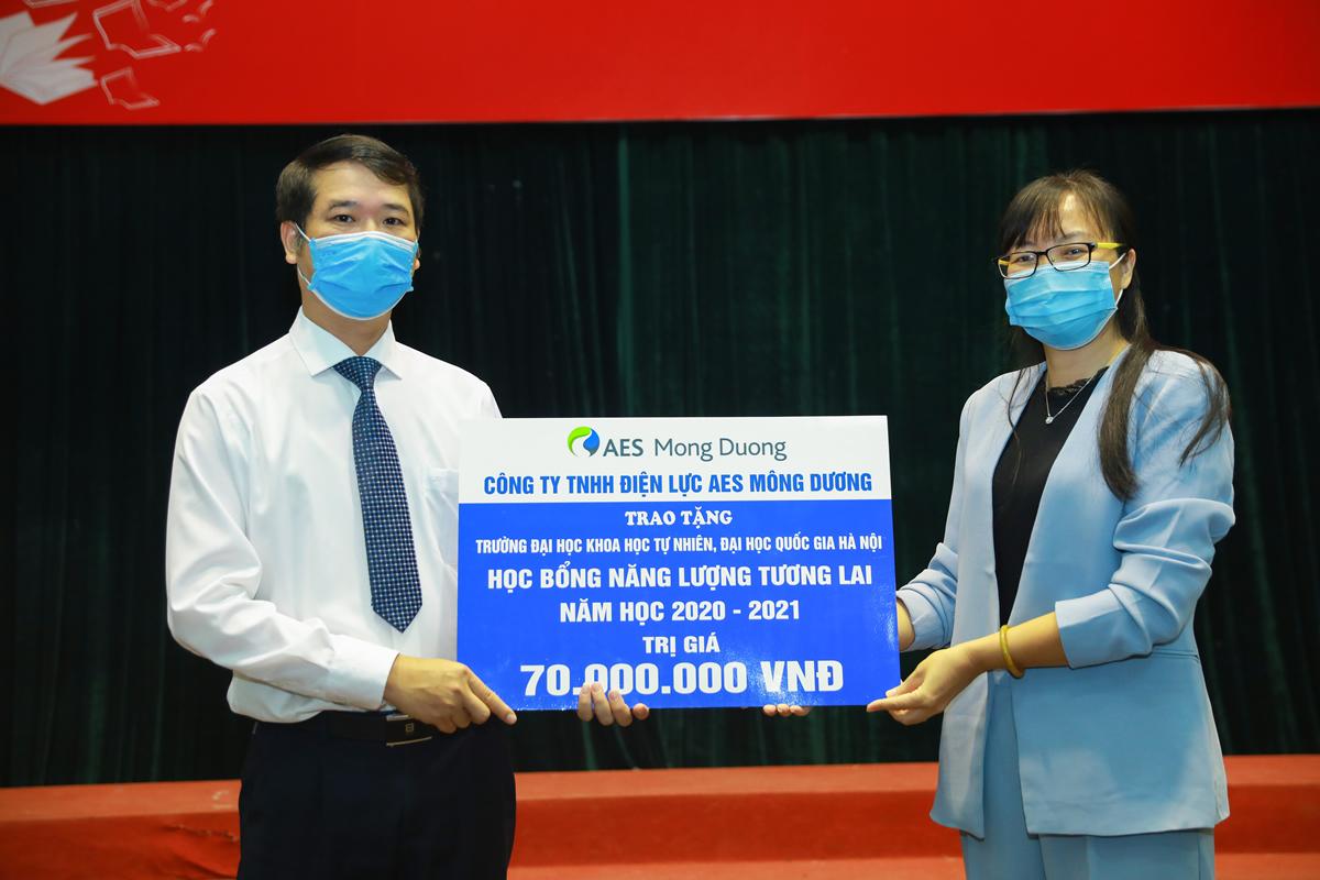 Dai dien AES Mong Duong Chi Nguyen Thuy Hong - Giam doc Nhan su trao hoc bong tai Dai hoc Khoa hoc tu nhien